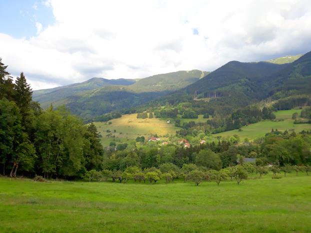 Vue sur le massif de Belledonne et les Alpes depuis le camping Les 7 Laux à Theys